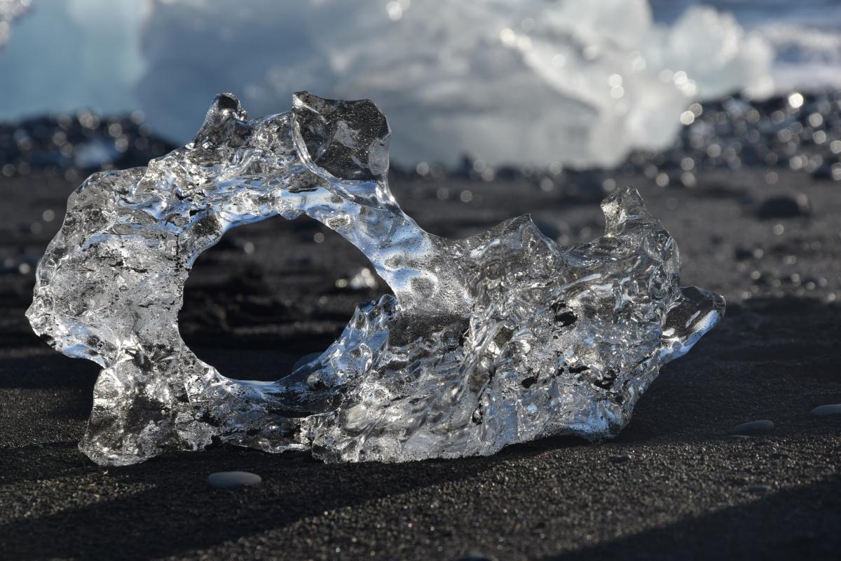 Un ricordo di viaggio di The Half Hermit: un iceberg levigato dall'acqua sulla spiaggia nera allo sbocco in mare della laguna di Jökulsárlón in Islanda