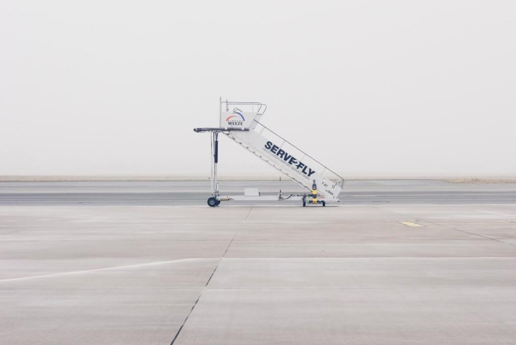Una scala di accesso abbandonata in un aeroporto: The Half Hermit non partirà in aereo, ma in auto.