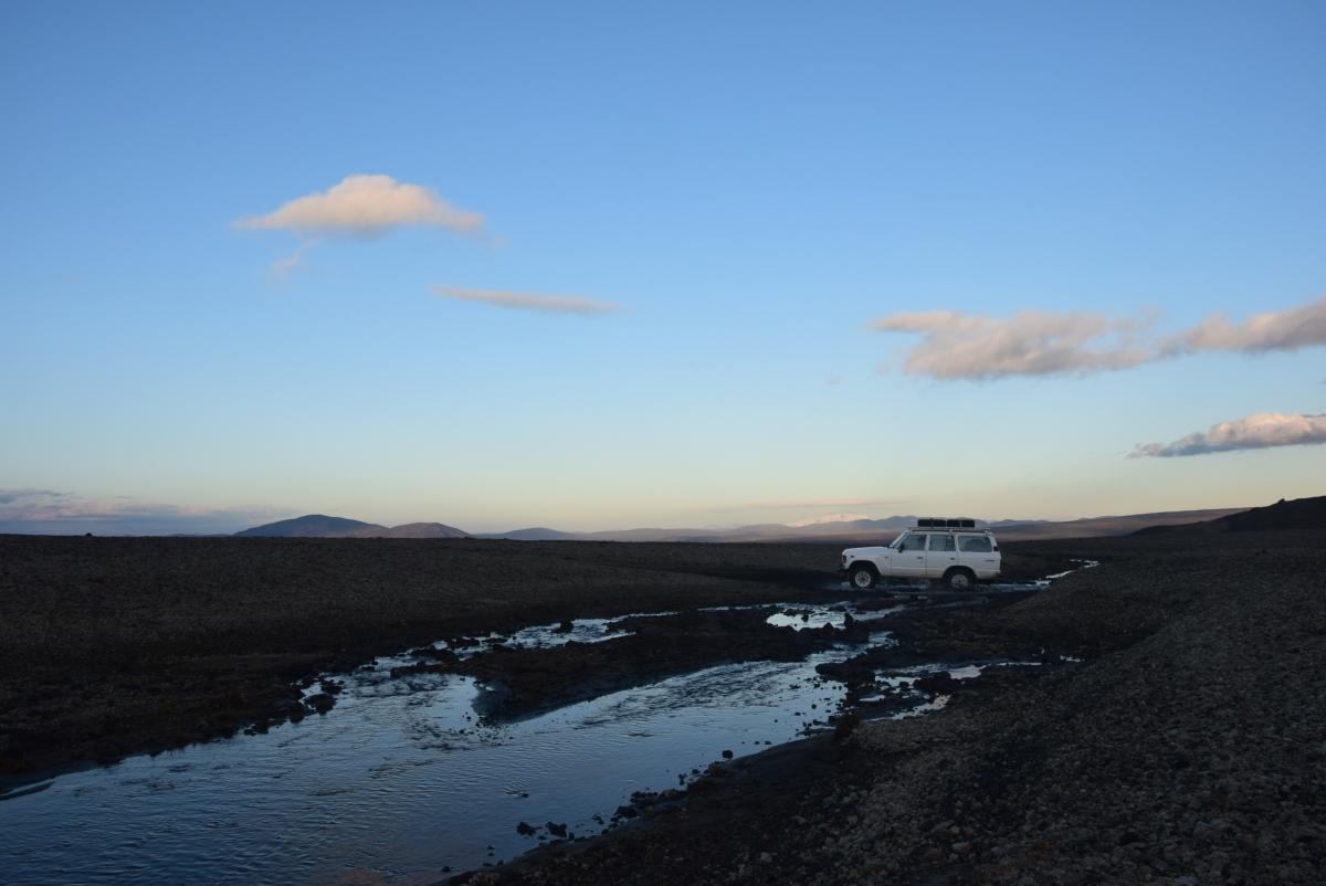 The Half Hermit ai piedi del vulcano Askja, in Islanda. Una jeep guada il torrente antistante il rifugio.
