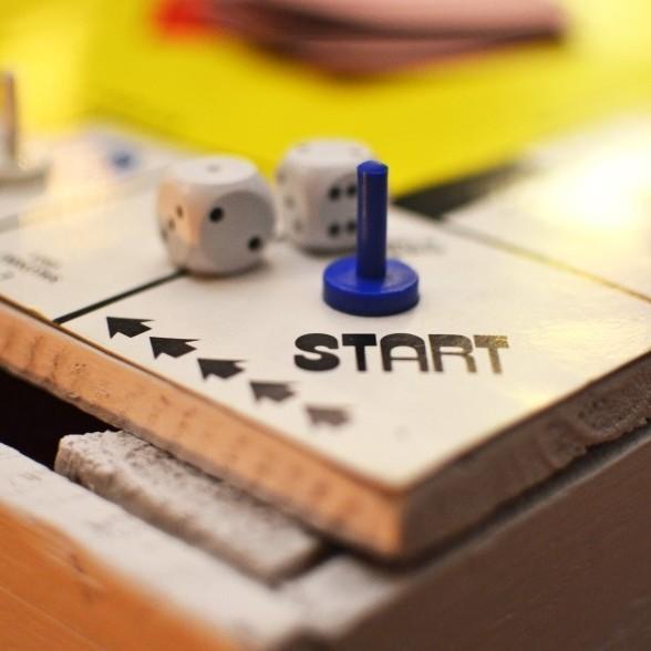 Il Progetto Habit@ prende avvio dalla constatazione che il presente offre tanti dati, ma poche informazioni. Prendere atto di questo fatto rappresenta il punto di partenza del progetto, qui rappresentato dalla prima casella di un gioco da tavolo, con pedine e dadi.