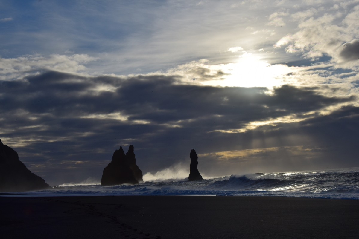 A picture taken by the Half Hermit during her first trip to Iceland: the Reynisfjara beach and its rocks in a cloudy morning on February 2015.