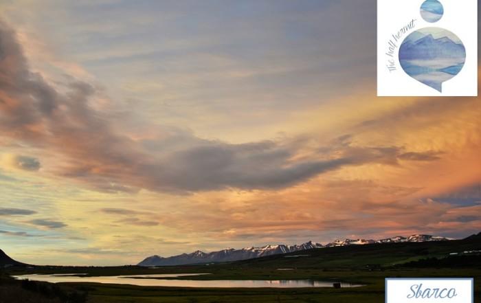 Fotografia scattata da The Half Hermit a Husabakki, nella costa settentrionale d'Islanda, a pochi giorni dallo sbarco sull'Isola. Tramonto che mette in risalto l'ambiente naturale.
