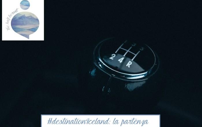 Fotografia dell'impugnatura di un cambio di un auto che rappresenta la partenza di #destinationIceland