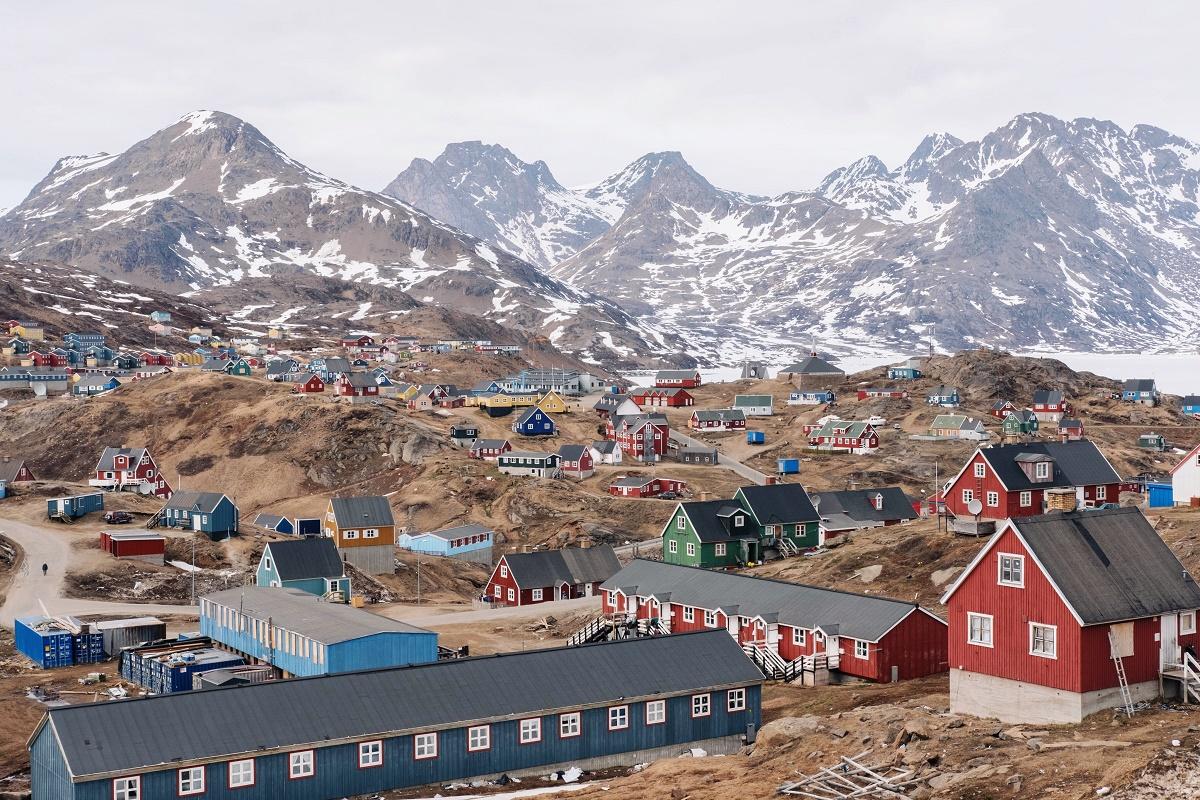 Il villaggio di Tasiilaq, nella Groenlandia orientale, durante la stagione estiva.
