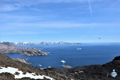"""Vista dell'oceano dalla cima della """"House Montain"""", alle spalle di Tasiilaq, sulla costa orientale della Groenlandia."""