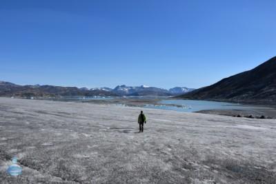 Betrand, uno dei viaggiatori incontrati durante il viaggio in Groenlandia, mentre cammina sulla calotta groenlandese.