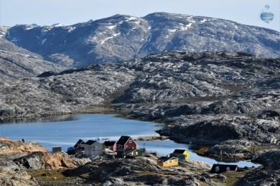 Fotografia del villaggio inuit di Tiniteqilaq, sulla costa orientale della Groenlandia