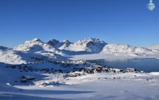 Vista dall'alto del villaggio di Tasiilaq, sulla costa orientale della Groenlandia.