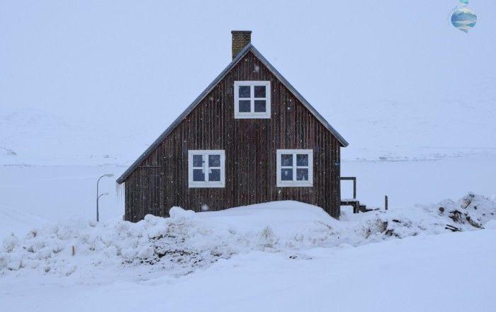 Una casa del villaggio di Tasiilaq, sulla costa orientale della Groenlandia, durante una giornata di neve invernale.